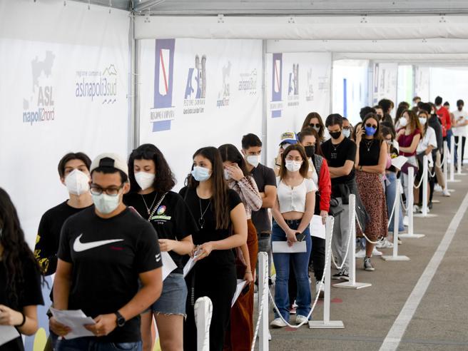 Vaccini, caos richiami nelle Regioni. Stop in Lombardia alla seconda dose con Pfizer o Moderna, poi c'è il sì