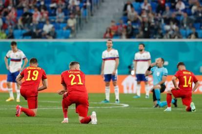 Euro 2020, giocatori del Belgio in ginocchio contro il razzismo: fischi del pubblico, i russi restano in piedi