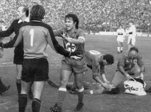 22 novembre 1981, Fiorentina-Genoa: Giancarlo Antognoni a terra dopo il terribile scontro di gioco con il portiere del Genoa Martina, di spalle (Ansa)