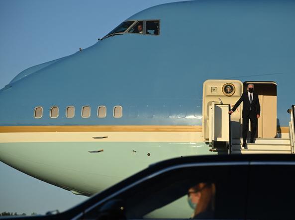 Il presidente Joe Biden sull'Air Force One (Afp)