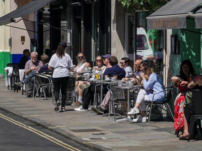 Boris Johnson rinvia le riaperture di quattro settimane per la variante Delta del Covid: la situazione in Gran Bretagna