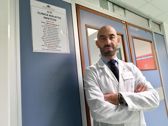 Scorta a Matteo Bassetti per le minacce dei No Vax. «Violenza intollerabile»