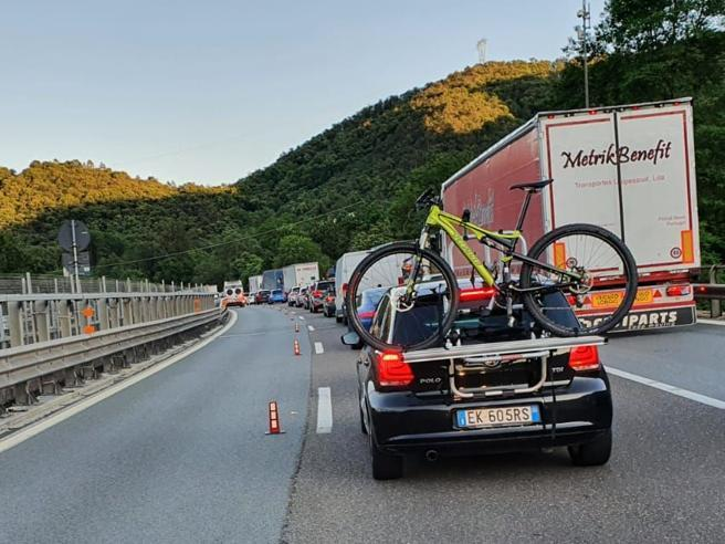 Liguria in rivolta per rallentamenti e cantieri nelle autostrade: «Fermate i lavori»