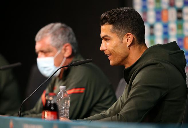 Ronaldo allontana le bottiglie di  Coca Cola (sponsor degli Europei): «Bevete acqua»