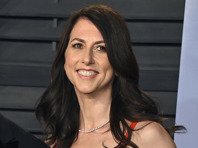 McKenzie Scott, ex moglie di Bezos, dona 2,7 miliardi di dollari in beneficenza