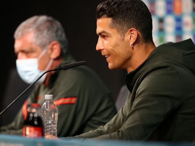 Ronaldo, la Coca Cola perde 4 miliardi di dollari per il gesto di CR7 agli Europei