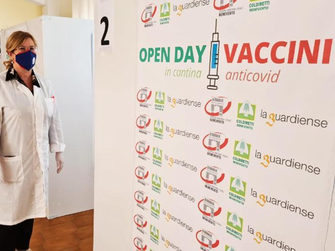 Draghi su AstraZeneca e seconda dose: «Libertà di scelta. Cercare gli over 50 non vaccinati»