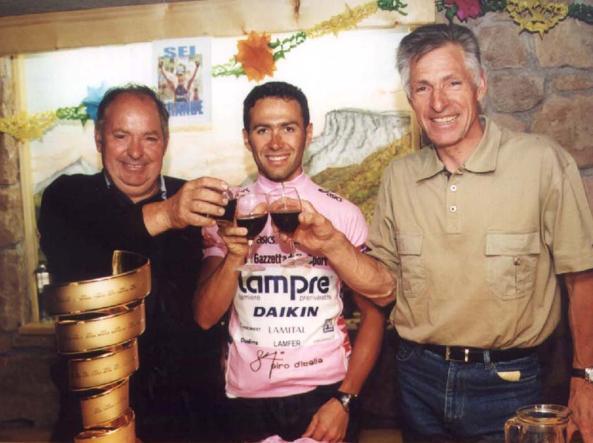 Gilberto Simoni con i fratelli Enzo e Francesco Moser dopo il Giro del 2001 (Delmati)
