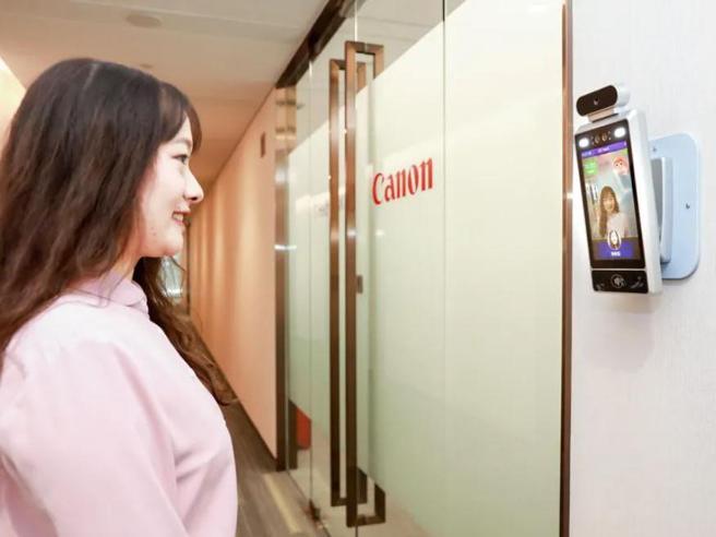 Canon in Cina fa entrare in ufficio solo i dipendenti che sorridono (o fingono di farlo)