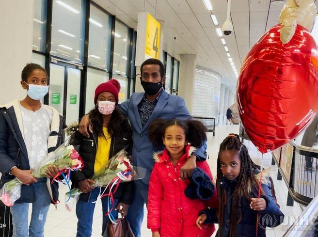 Abbraccia le due figlie dopo sette anni grazie a Miles4Migrants e a Unhcr