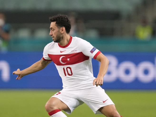 Calhanoglu-Inter, martedì le visite mediche: è il dopo Eriksen e il Milan lo ha scaricato