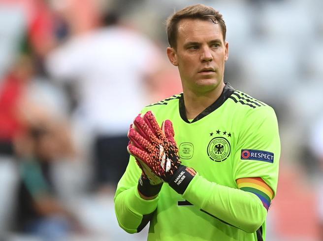 Europei 2021, Neuer indossa la fascia arcobaleno. L'Uefa: «Giusta causa, nessuna multa»