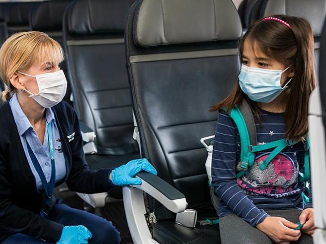 Voli low cost, i genitori costretti a pagare di più per sedersi vicini ai figli: l'Enac avvia le indagini