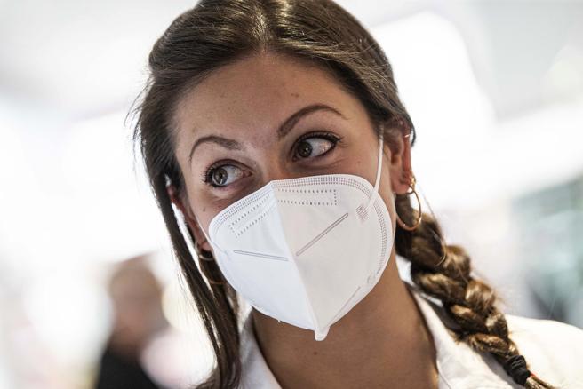 Via le mascherine dal 28 giugno all'aperto e in zona bianca: firmata l'ordinanza