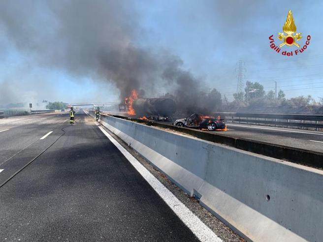 Incidente A1 vicino a Piacenza, autocisterna prende fuoco: due le vittime e autostrada chiusa