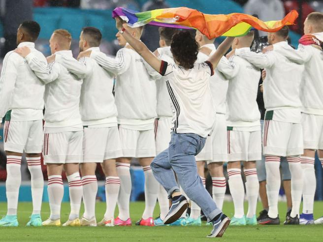 Prima del fischio d'inizio a Monaco  attivista Lgbt invade il campo con la bandiera arcobaleno
