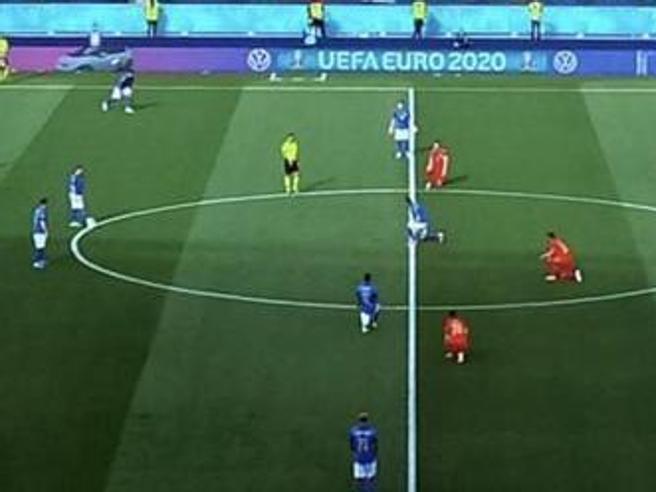 Giocatori Italia inginocchiati agli Europei, mai più divisi: o tutta la squadra o nessuno