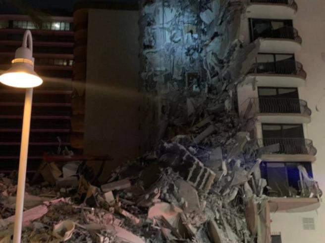 Miami, crollo di un palazzo di 12 piani affacciato sull'Oceano nella notte, ci sono vittime