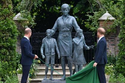 William e Harry scoprono la statua dedicata a Lady Diana: le foto