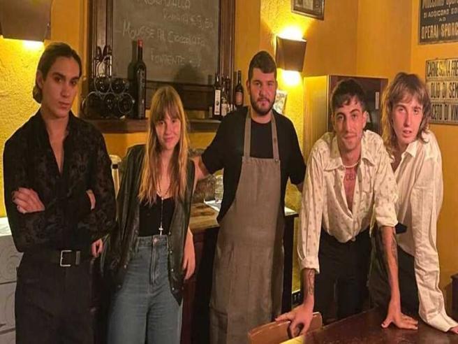 La tappa dei Måneskin a Milano in un ristorante di cucina romana: ecco che cosa hanno mangiato