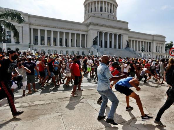 Cuba, migliaia in strada per protestare contro il regime