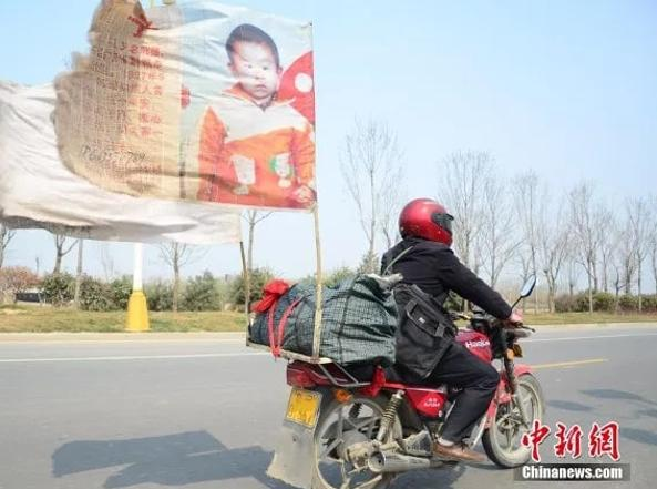 Kuo Kangdong on a motorcycle looking for her baby (Source Chinanews.com)