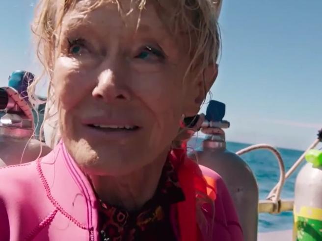 Valerie, a 85 anni negli abissi per difendere gli squali: «I cinesi hanno fatto una strage»