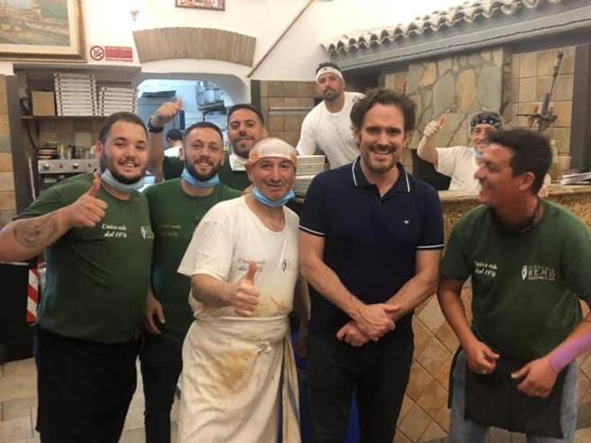 Roma, Matt Dillon sceglie la Margherita sottile e croccante della pizzeria «Da Remo»