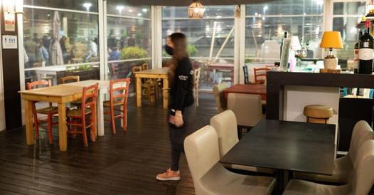 Green pass a due livelli, in Italia: una dose per il ristorante, due per le discoteche. Ecco come funziona