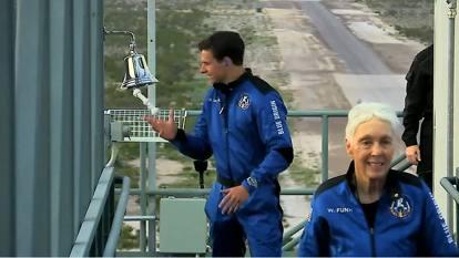Jeff Bezos nello spazio: le immagini dell'impresa storica