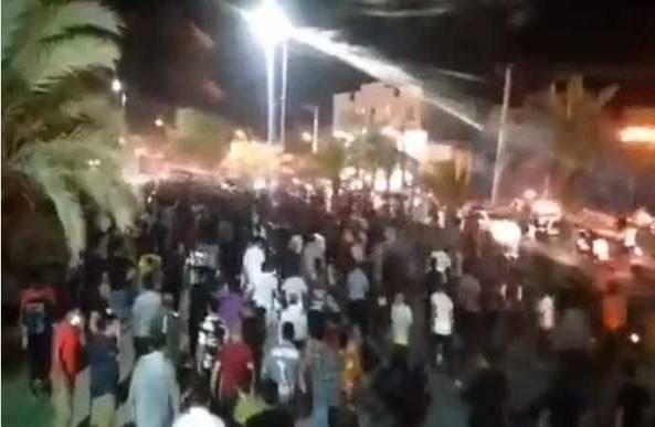 Iran, proteste contro il regime in Khuzestan «Almeno 5 morti, bloccato internet»