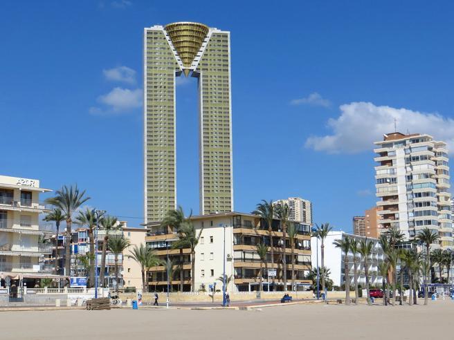 Il «mostro» di Benidorm: il palazzo di 187 metri (47 piani) in riva al mare