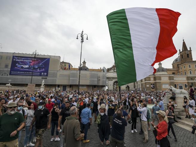 Green pass, manifestazioni di protesta in tutta Italia contro il certificato vaccinale obbligatorio...
