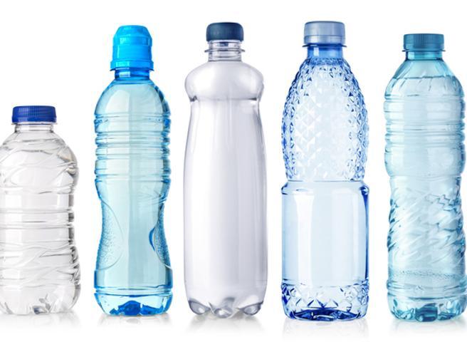 Acqua minerale in bottiglia, 79 marche a confronto:  chi vince nei   test di Altroconsumo