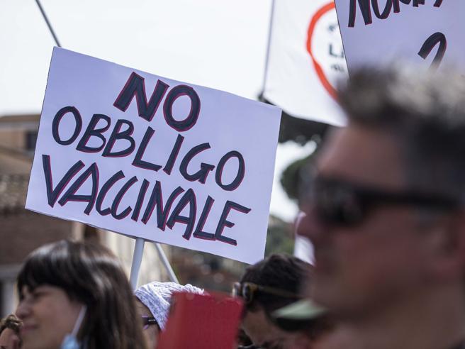 Il lavoratore no vax può essere sospeso? Il Codice e le sentenze (finora) dicono sì