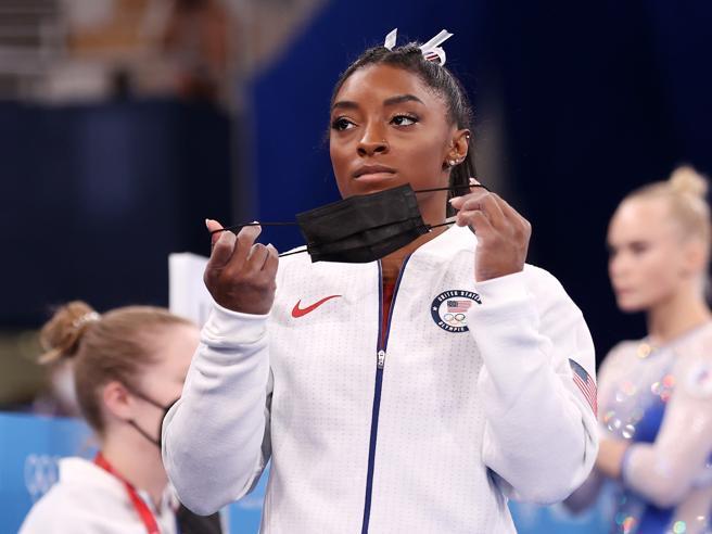 Simone Biles fuori dalla finale a squadre alle Olimpiadi: «Ho demoni nella testa»