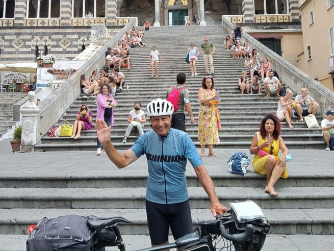 Il giro d'Italia del diacono, in bici da Rimini a Noto. «L'avevo promesso alle suore»