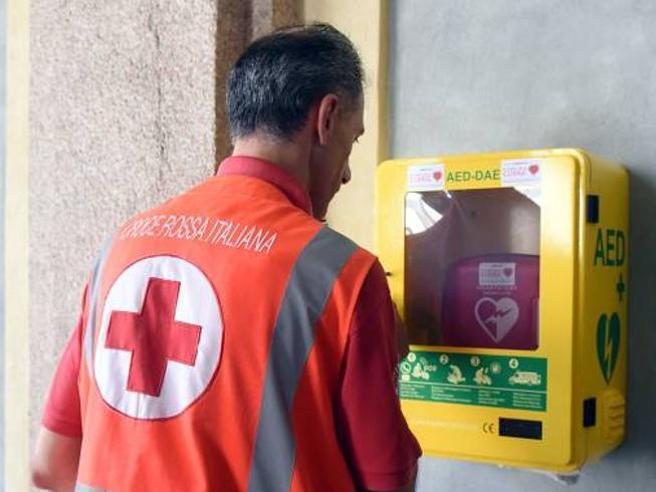 Defibrillatori, approvata la legge: obbligatori nei luoghi pubblici (e a scuola si insegnerà a usarli)