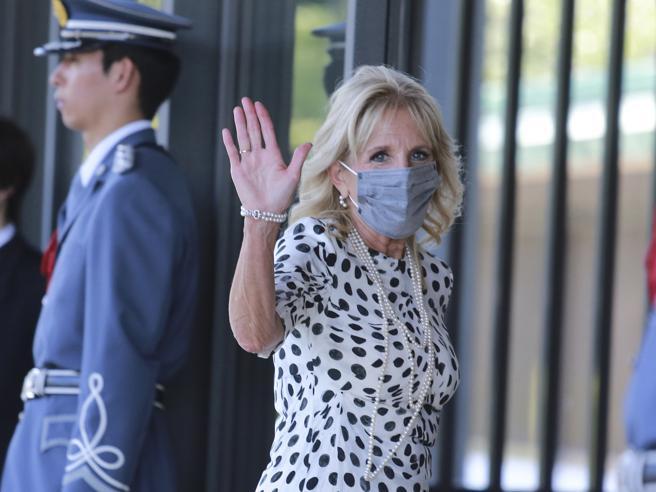 Jill Biden dai pois ai fiori, il gioco del riciclo che rovescia i canoni della moda