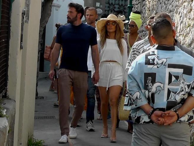 Jennifer Lopez e Ben Affleck a Capri mano nella mano: la passeggiata tra i curiosi che li fotografano e li filmano