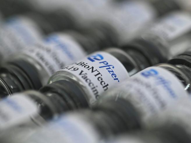 Vaccino Pfizer, l?efficacia diminuisce dopo sei mesi. Il nuovo studio riapre il dibattito sulla terza dose