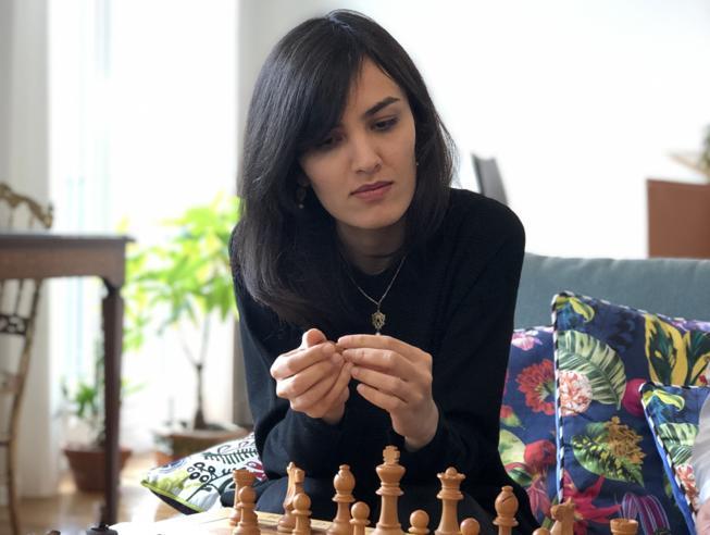 La scacchista iraniana trova la libertà in Francia: «Il velo è una prigione»