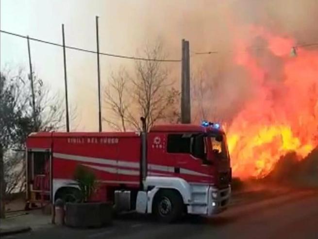 Incendio Catania, chiuso l'aeroporto per  due ore: 150 persone salvate via mare