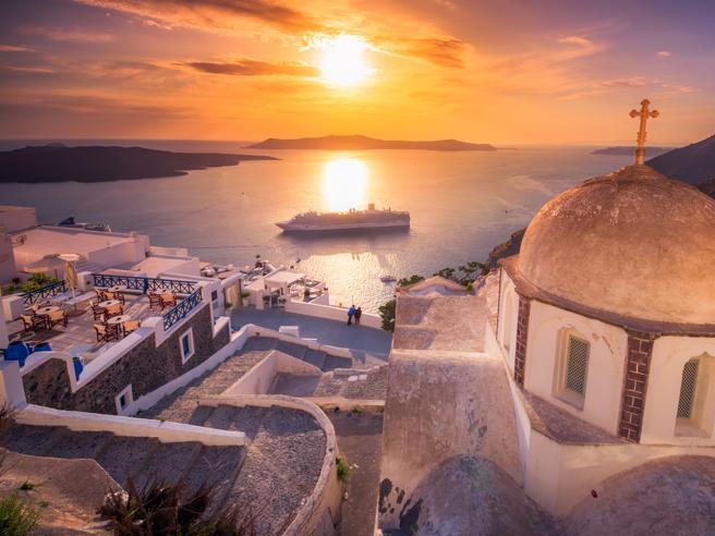 Covid in Grecia, l'Europa sconsiglia i viaggi «non necessari»
