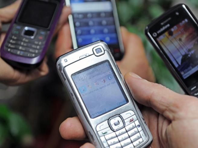 Telefoni e tv, il valzer degli italiani tra sim e offerte: cambi saliti del 160%