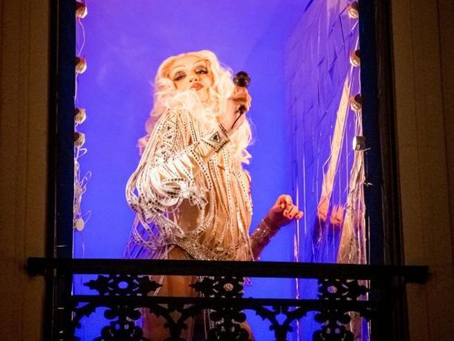 Le drag queen di Montmartre, «angeli custodi» in paillettes della Parigi che rinasce»