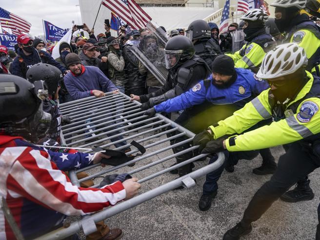 Usa, si è tolto la vita un poliziotto presente all'assalto di Capitol Hill. È il quarto suicidio tra le forze dell'ordine