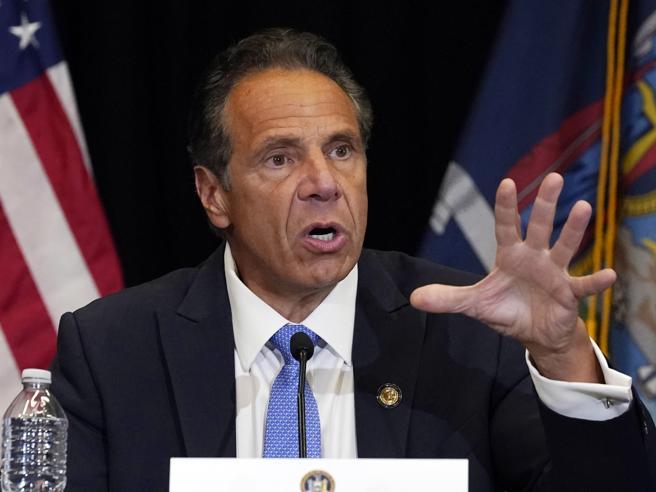 Il governatore dello Stato di New York Andrew Cuomo «ha molestato diverse donne», secondo i magistrati