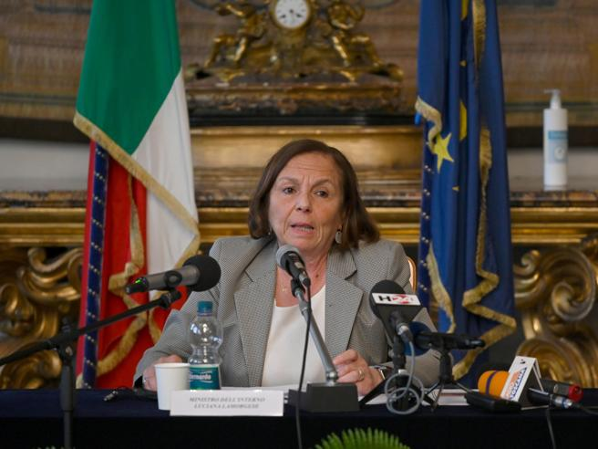 L'attacco di Salvini: «Sui migranti Draghi  sveglierà Lamorgese» Arrivi a quota 29 mila