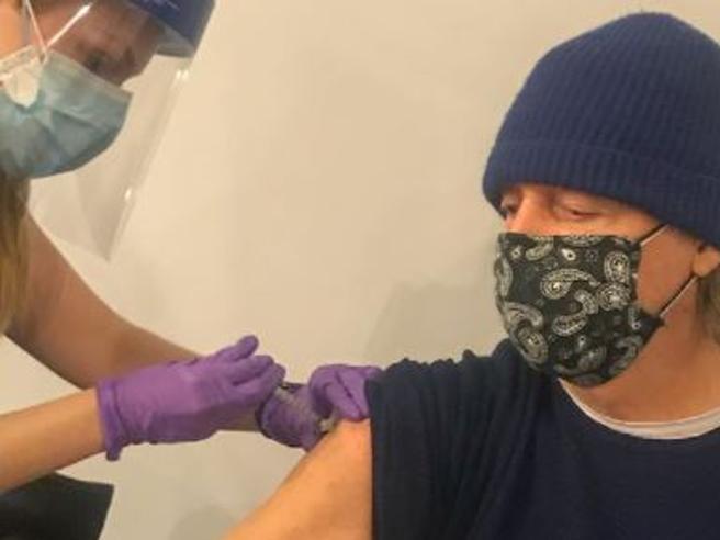 Paul McCartney si vaccina contro il Covid: «Siate cool, fatelo anche voi»